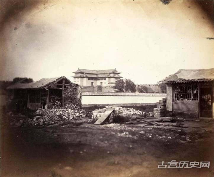 本组图片为英国医药传教士雒魏林的私人相册,反应了19世纪中期的北京市井生活,摄影师是一名俄国人(姓名未知)。图为北京城墙东北角楼。