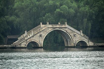 巧垂造桥的故事