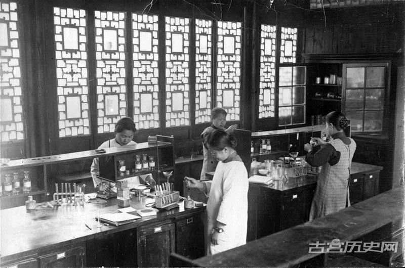 1918年,金陵女子大学的化学实验室内。