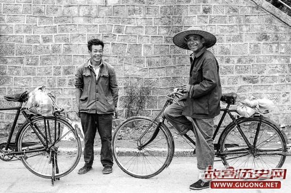 80年代老照片:美国游客1983年中国行 少见的开平街景