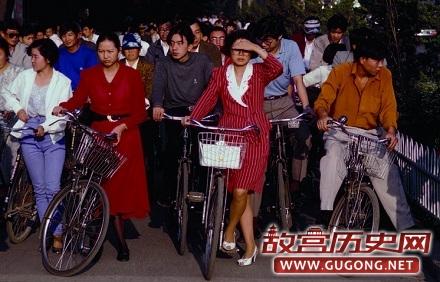 镜头下的三十年前:自行车泛滥,记账用算盘