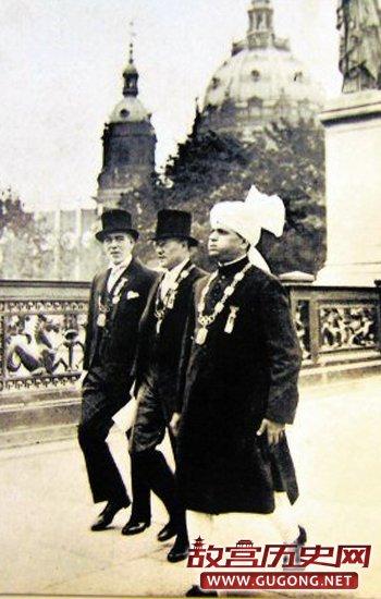 1936年,中国代表团总领队王正廷(中)和国际奥委会官员,一起步入会场