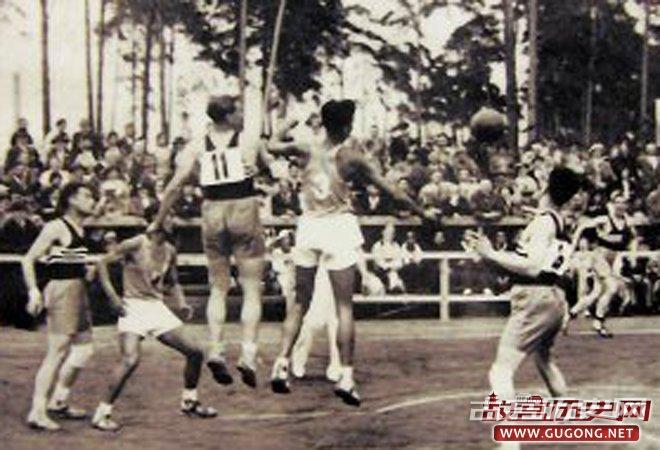 1936年8月9日,柏林奥运会首轮篮球比赛中,中国队以45比38战胜法国队