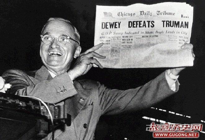 """杜鲁门获胜后,手拿头条为""""杜威击败杜鲁门""""的《芝加哥论坛报》"""