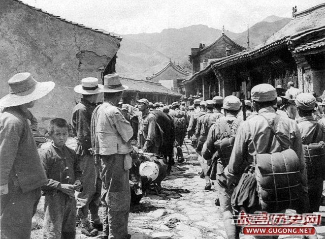1938年,八路军某部途径华北某村庄,George E.Taylor拍摄