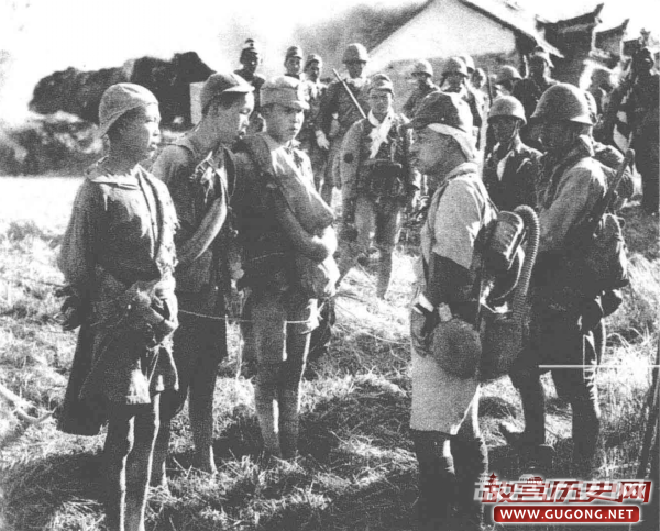 """1939年,第一次长沙会战期间,三名疑似参加前线服务的""""童子军""""被日军俘虏"""