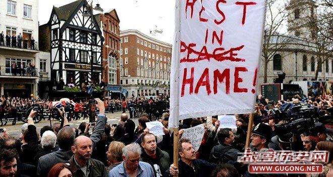 """撒切尔夫人葬礼时,有抗议人群打出标语,上写""""在耻辱中死去"""""""