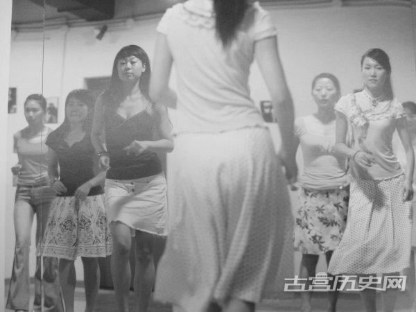 老照片里充满人情味的上海女人穿着保守却美丽