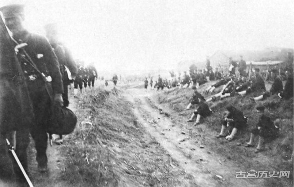 甲午战争老照片,日军在花园口登录,强占民房为住所