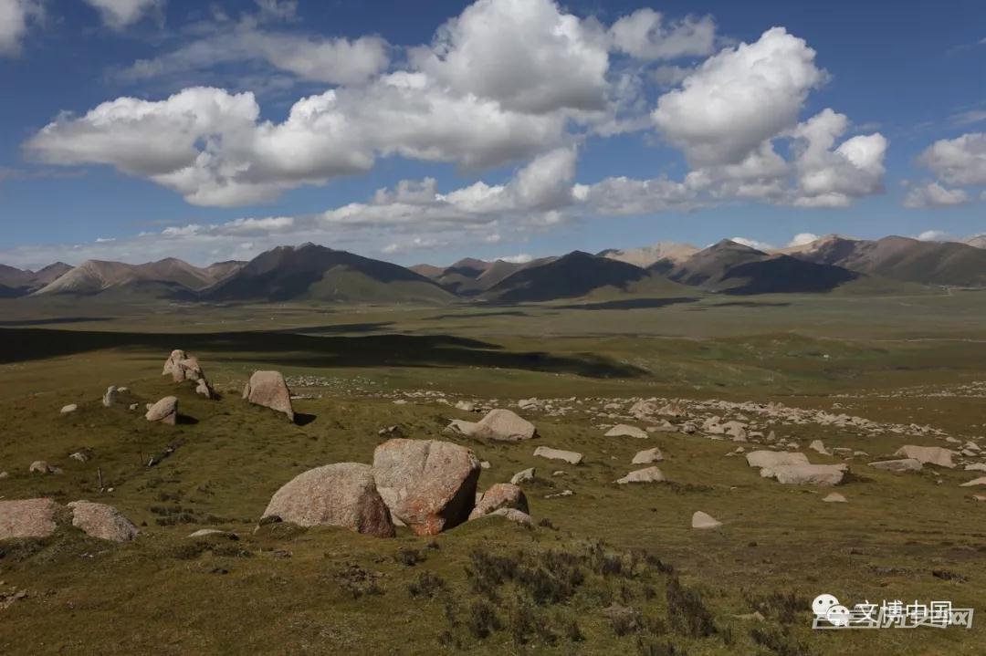 青藏高原首次发现史前彩绘手印岩画