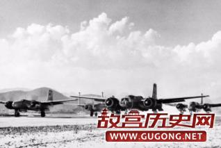 位于日本的美国远东航空军基地,数架美国B-26正在起飞