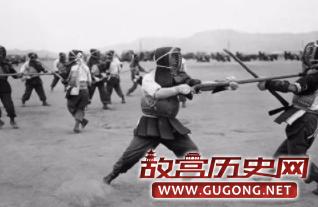日本士兵在国分市军营进行剑道练习。1957年5月22日