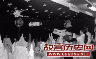 日本小孩正在参观太空模型和认识人类的太空科技