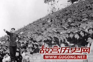 日本学生正为一场棒球比赛打气。1954年6月1日
